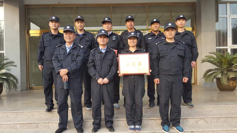 """上海正规找人公司 上海交警介入,交警执法""""撞倒""""娃娃调查"""